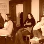 Mädchen sitzen in der Runde